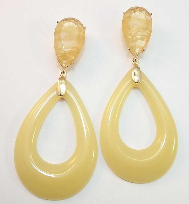 Brinco resina maxi amarelo leitoso com cristal rutilo