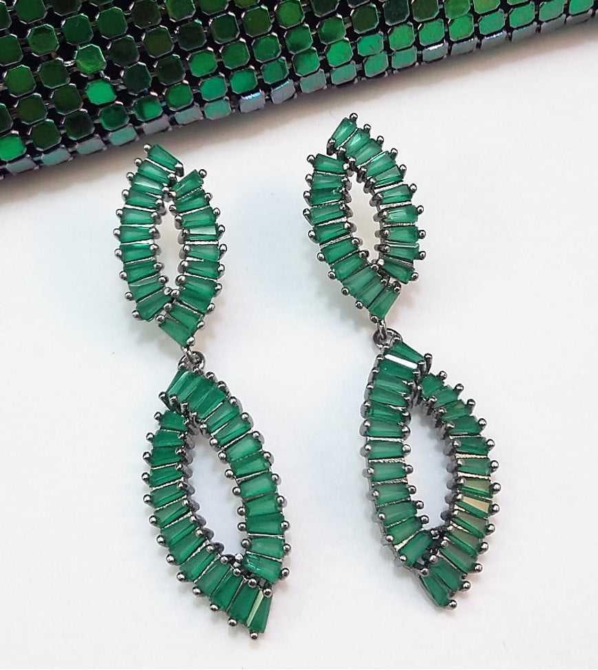 brinco rodio negro de zircônias verde esmeralda