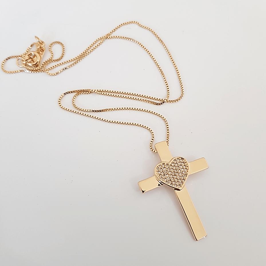 Colar curto com pingente cruz e coração em zircônias