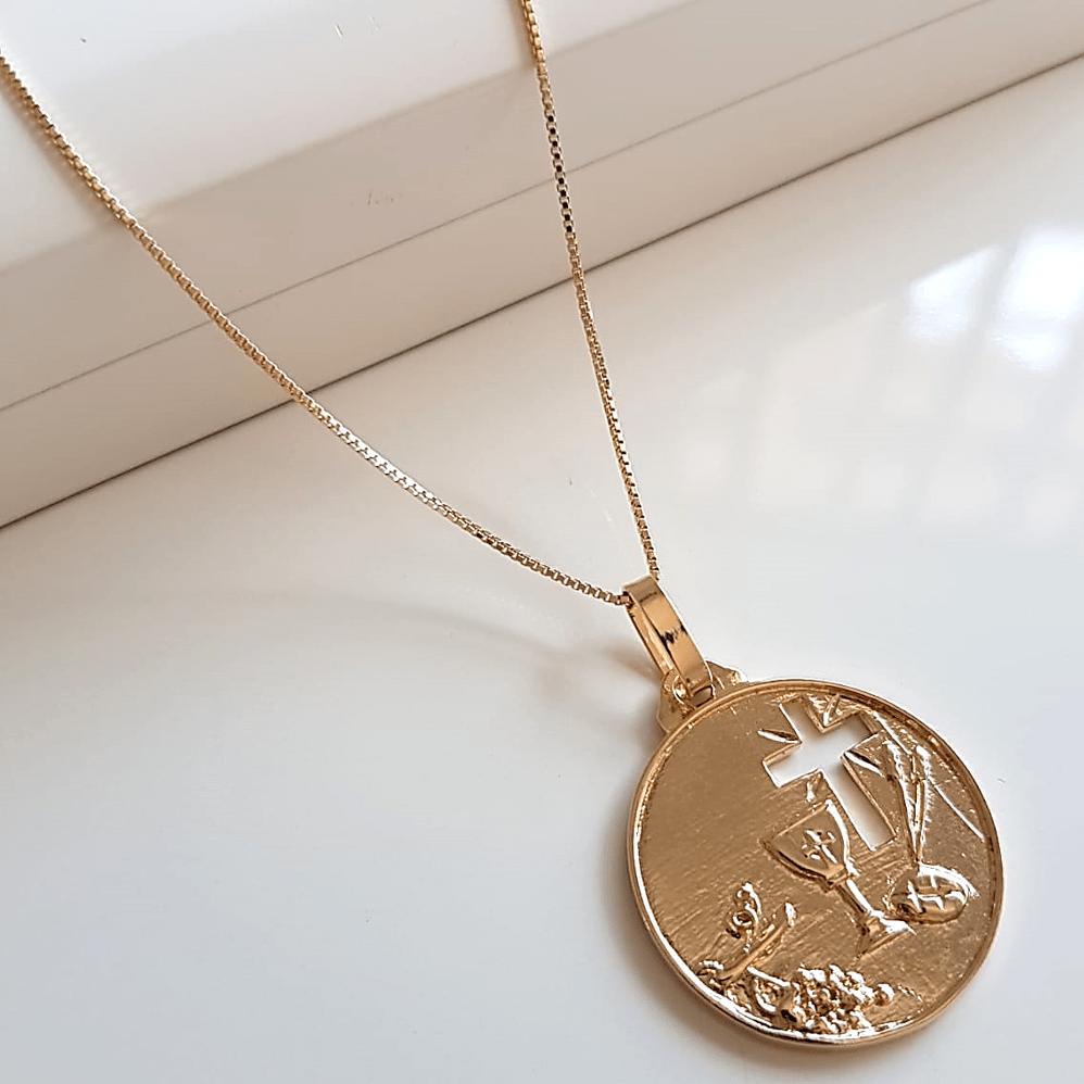 Colar de corrente e medalha religiosa