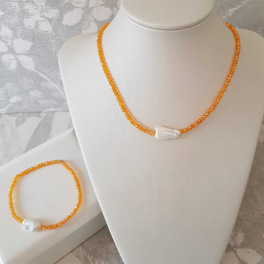 Conjunto colar curto e pulseira com cristais e pérolas