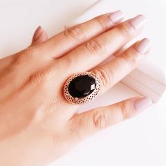 Anel cristal preto ônix oval 15x20mm - com bordas em desenho vazado.