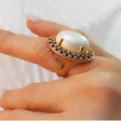 anel pérola shell mabe oval rodeada de zircônias