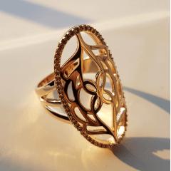 anel com desenho vazado e zircônias