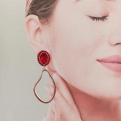 Brinco argola com bordado de cristais vermelho rubi