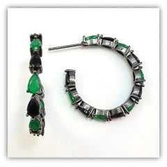 brinco argola com cristais pretos e verde esmeralda