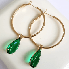 Brinco argola com pingente cristal verde esmeralda
