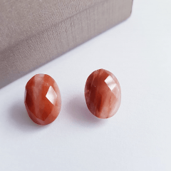 Brinco botão oval de pedra natural aragonita facetada