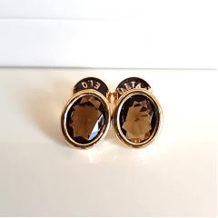Brinco botão cristal marrom fumê oval com bordas douradas