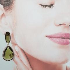 Brinco de cristais com cravação inglesa - verde oliva