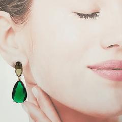 Brinco de cristais verde esmeralda + fumê