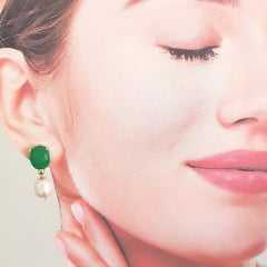 Brinco Perla - pérola de água doce com cristal verde esmeralda