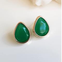 Brinco gota de cristal verde esmeralda com bordas douradas