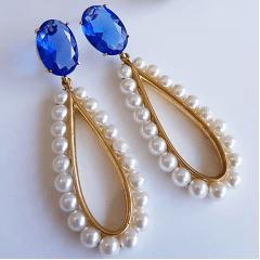 Brinco gota alongada bordada de pérola com cristal azul safira