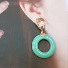 1-Brinco grande de cristal e resina donut  - cor verde leitoso