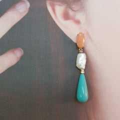 brinco longo pedra natural, pérola barroca e cristal orange