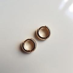 Brinco argola 12x5mm com zircônias - perfil arredondado