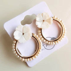 2-Brinco com flor de madrepérola e elo bordado com pérolas