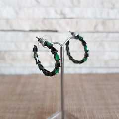 Brinco de argola em ródio negro e cristais verde esmeralda e preto ônix