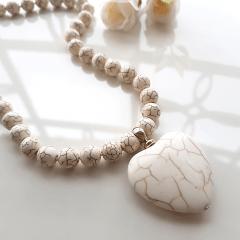 Colar Resort de pedras naturais Hawlita - pingente coração