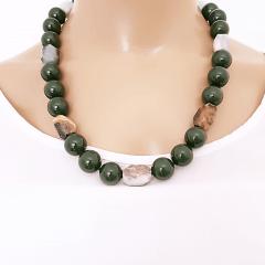 Colar com pedras naturais e bola shell - verde musgo