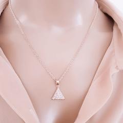 Colar curto com pingente triangular com zircônias