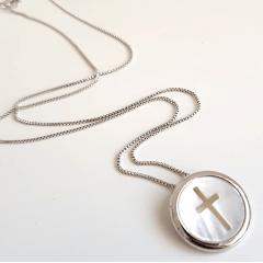 Colar curto de ródio branco e pingente de madrepérola vazada em cruz