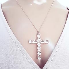 Colar curto com pingente cruz de cristais white