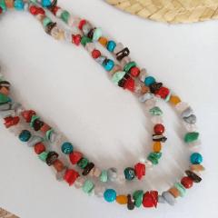 Colar longo cascalhos e bolinhas de pedras naturais
