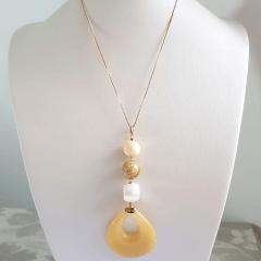 Colar longo de pérolas shell, pedra madeira e resina amarela