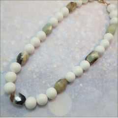 colar curto todo em pedras - bolas brancas e amazonita