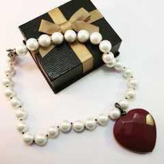 colar perolas shell com pingente coração rubi