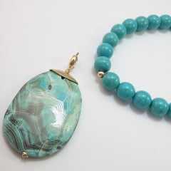 turquesa  - colar curto  todo em bolas lisas  - com pingente pedra turquesa mesclada