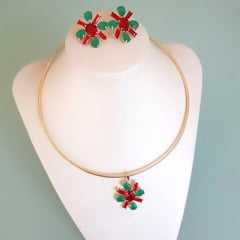 Colar de aro com pingente e brinco  com cristais vermelho rubi e verde esmeralda