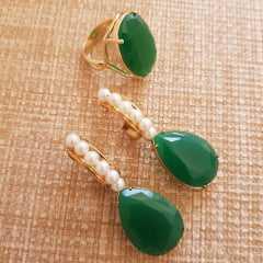 1-Conjunto verde esmeralda e pérolas - anel e brinco