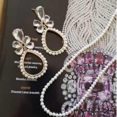 Brinco de cristais com pérolas bordadas +  colar de pérolas