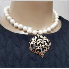Conjunto colar de pérolas shell e pingente dourado com par de brincos
