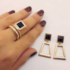 Conjunto de brinco geométrico com anel pedra quadrada