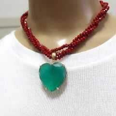 conjunto de colar curto com pingente coração e par de brincos gota