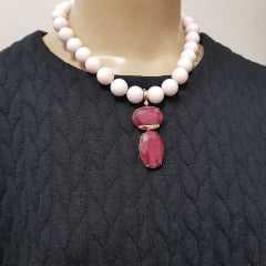 conjunto de colar curto pedras naturais, todo em bolas rosa lady e pingente em cristal, com par de brincos bola .