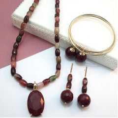 conjunto de colar curto todo em pedras naturais : quartzo melancia com pingente em cristal rubilita e par de brincos