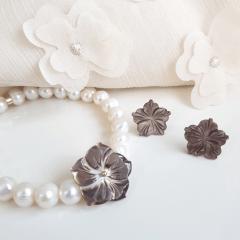 Conjunto pulseira e brinco com pérolas e madrepérolas de flor