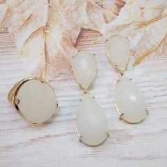 Conjunto de anel e brinco com cristais branco leitoso