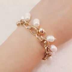 pulseira de elos com penduricalhos - pérolas