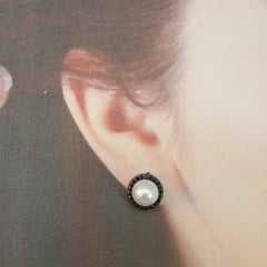 Brinco botão pérola com zircônias black
